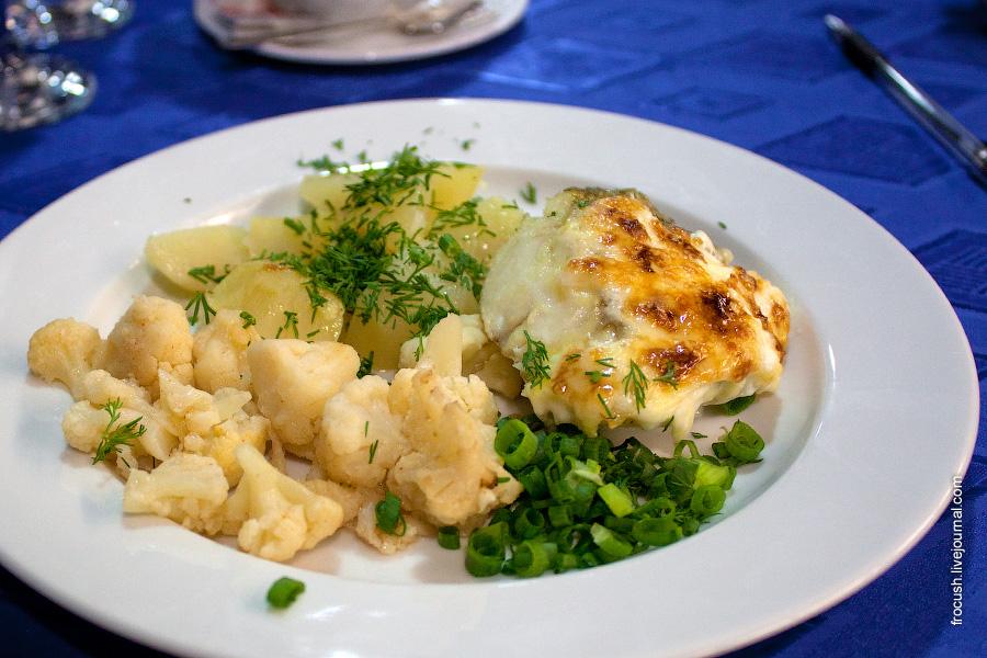 Ужин 2 июля 2010 года на теплоходе «М.В.Ломоносов». Картошка, цветная капуста, рыба.