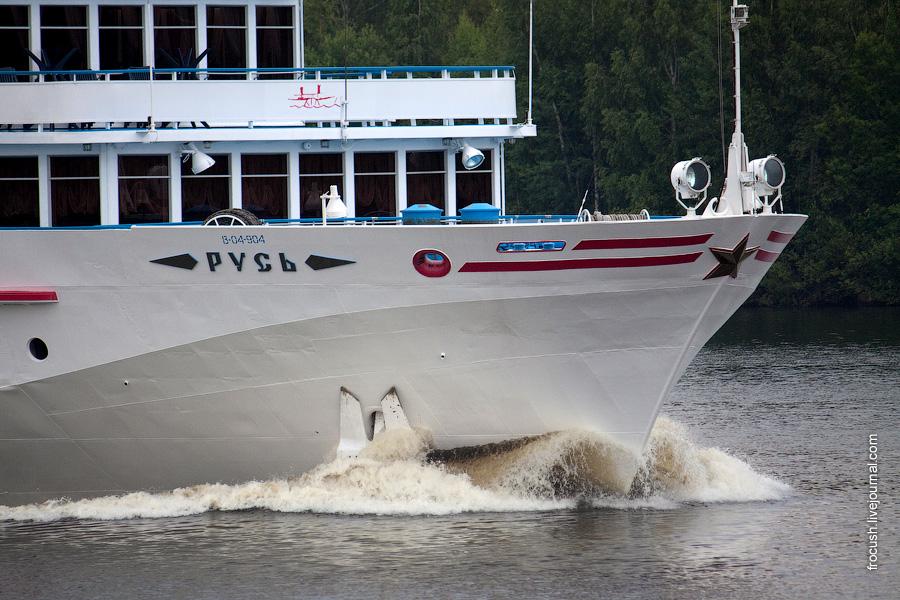 Теплоход «Русь» идет вверх по Волге в сторону Углича 3 июля 2010 года
