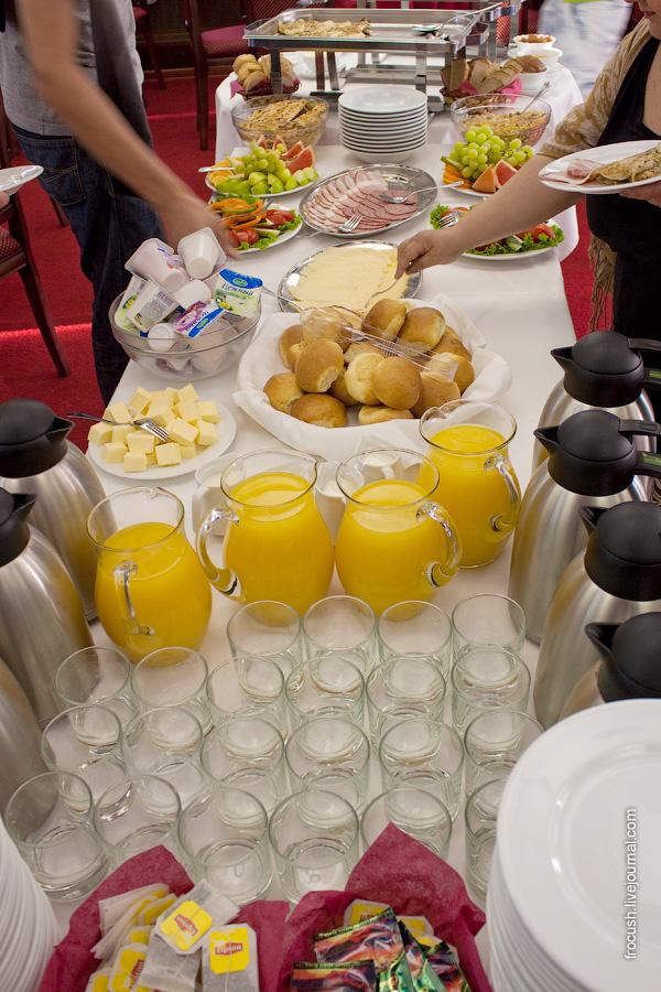 Завтрак 9 июля 2010 года на теплоходе «Василий Чапаев». Шведский стол.