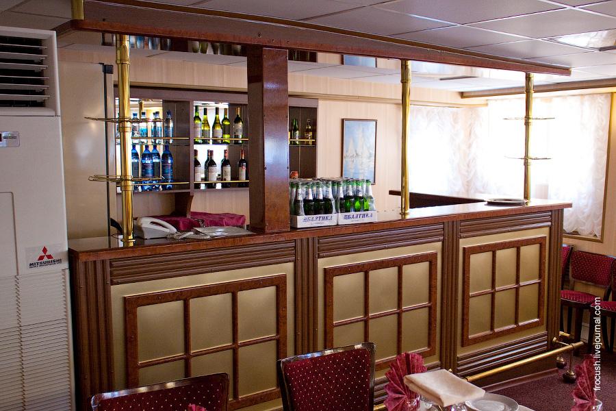 Ресторан-бар в носовой части главной палубы теплохода «Н.А.Некрасов»