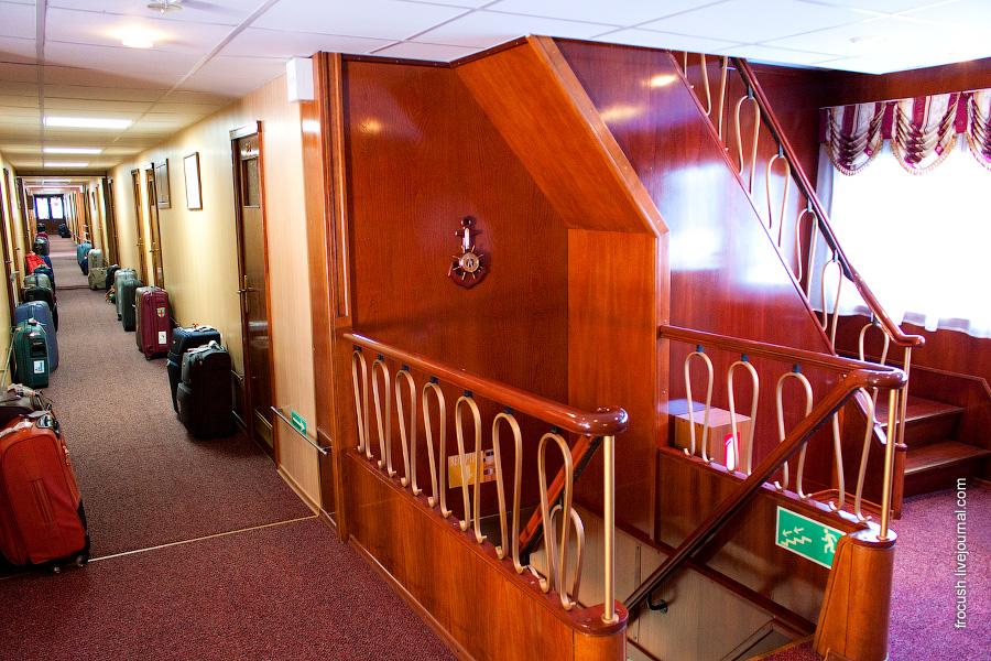 Холл и коридор на средней палубе теплохода «Н.А.Некрасов»