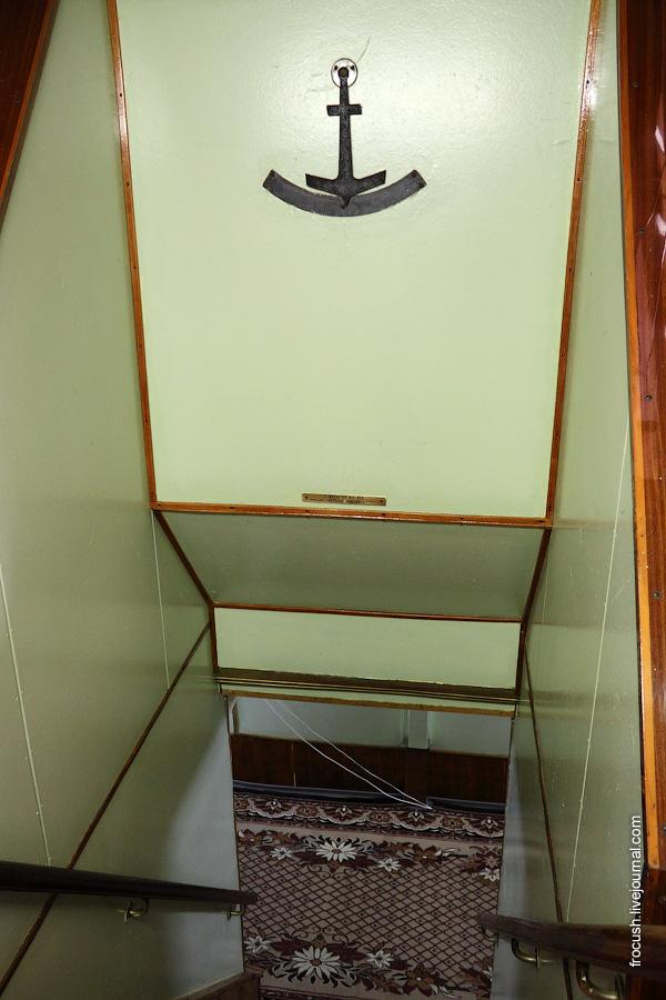 Холл в кормовой части главной палубы теплохода «Октябрьская революция». Лестница на нижнюю палубу. Кренометр.