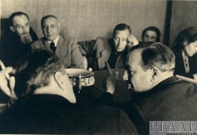 Александр Яковлевич Таиров с А. Г. Коонен, С. И. Юткевичем, С. Д. Сумароковым, Д. Б. Пристли. 1945.
