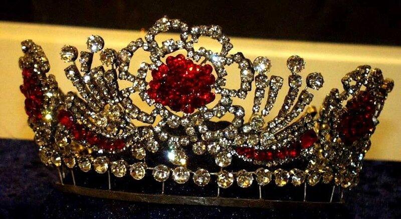 """""""Рубиновая бирманская тиара"""" из личной коллекции королевы."""