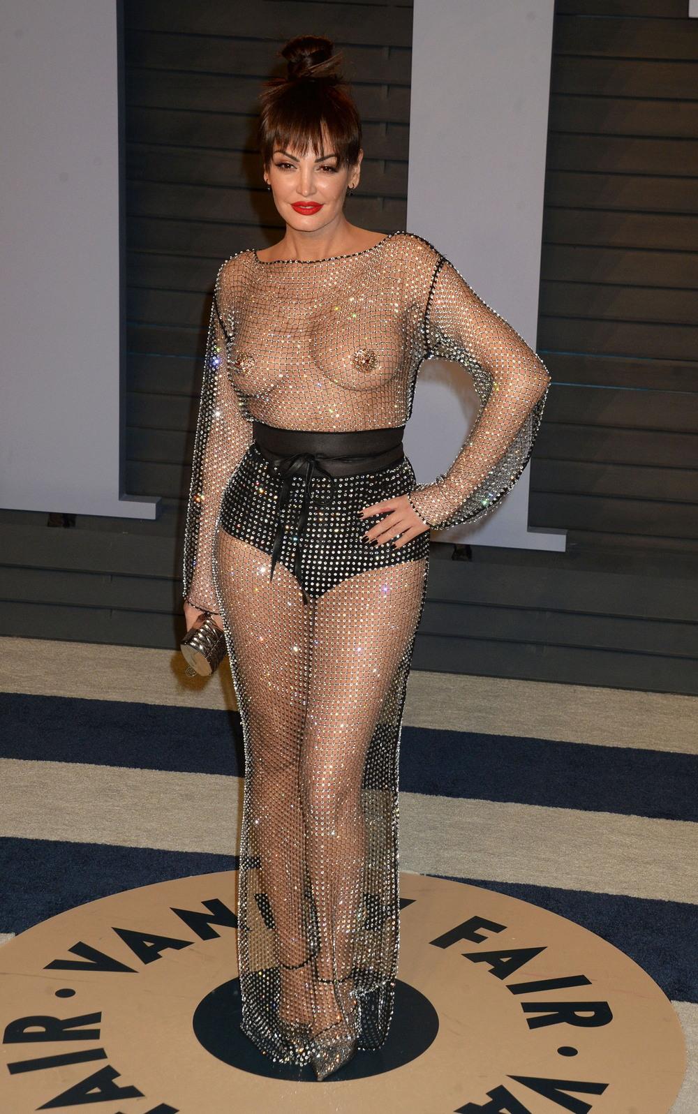 Блеона Керити в просвечивающем наряде