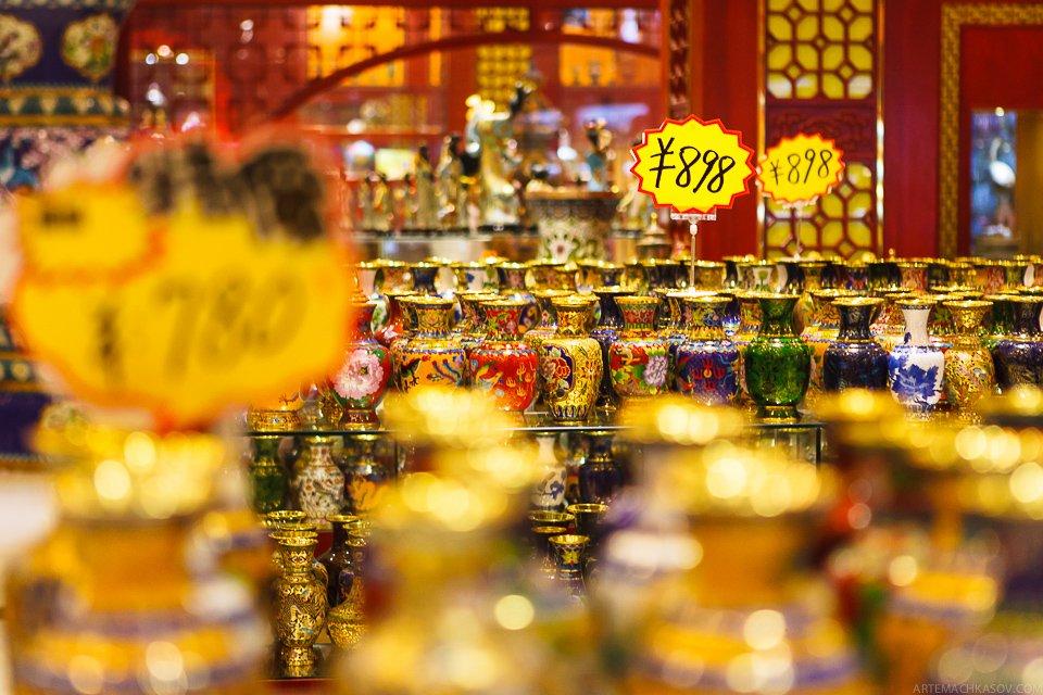 Конечно, такие дорогие вазы покупают не каждый день — зато туристы охотно фотографируют красо
