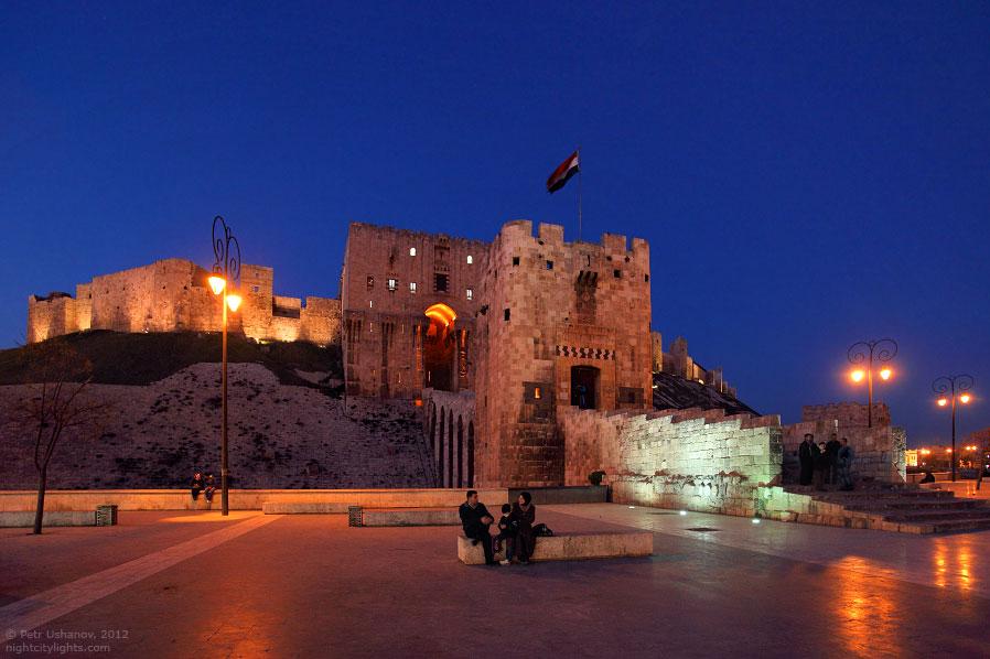 Вход в крепость организован по такому вот мостику между двумя башнями: