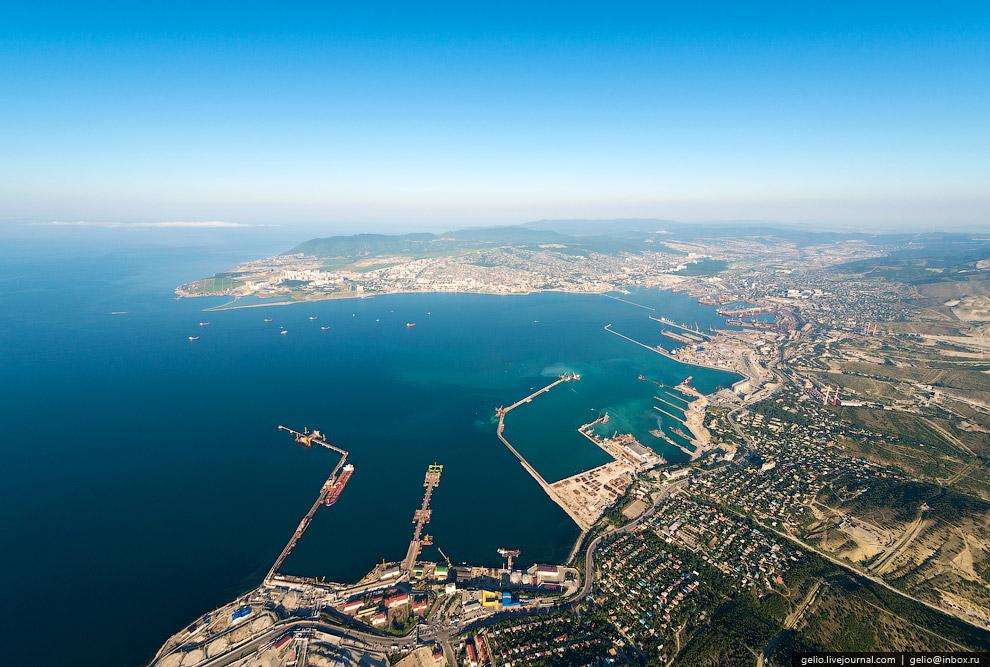 7. Навигация в порту длится круглый год. Бухта доступна для судов с осадкой до 19 м. Ежесуточный пот
