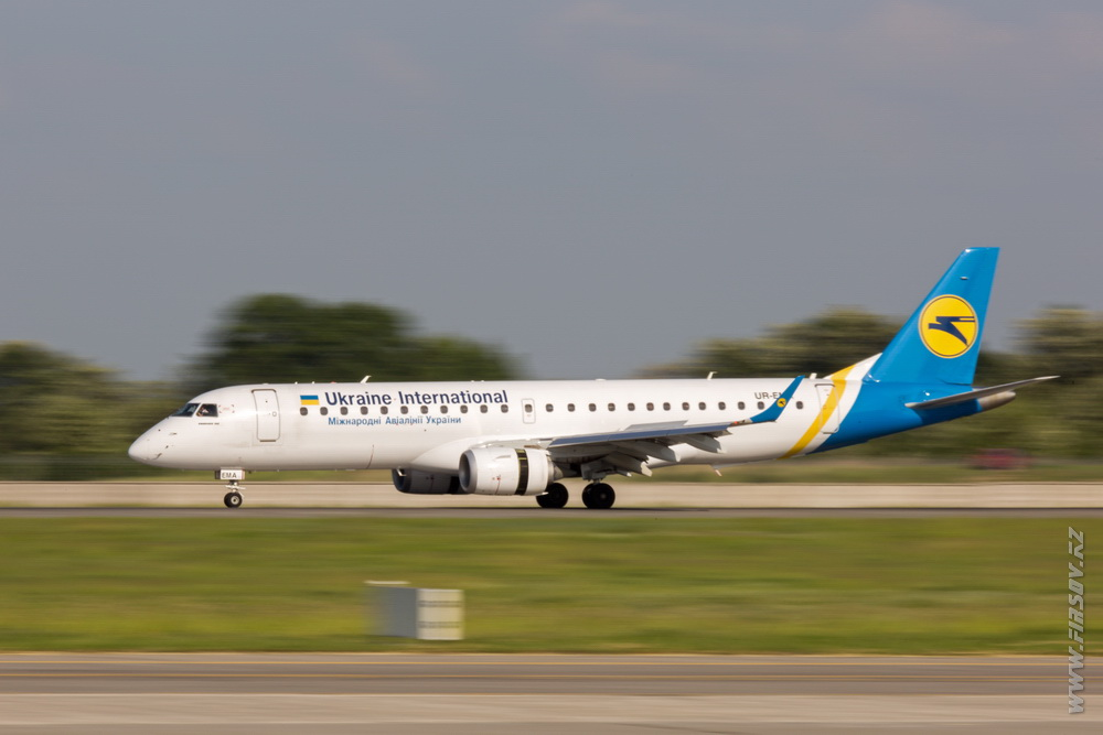 Embraer_ERJ-190_UR-EMA_Ukraine_International_Airlines_1.JPG
