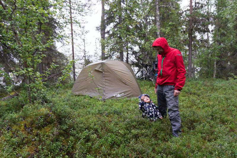 папа и двухлетний ребенок в походе с палаткой Cetus 3