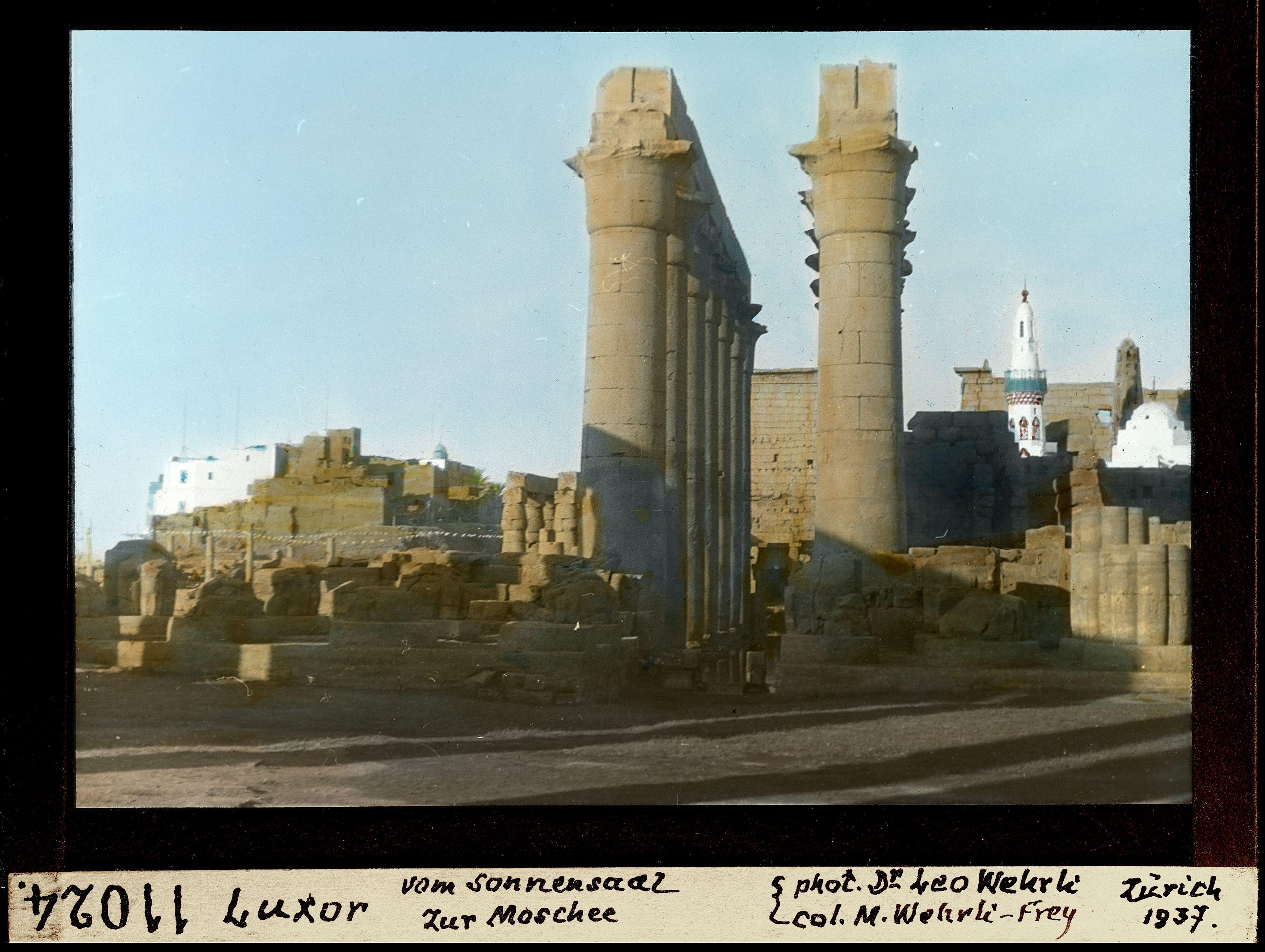 Вид мечети от Солнечной комнаты луксорского храма