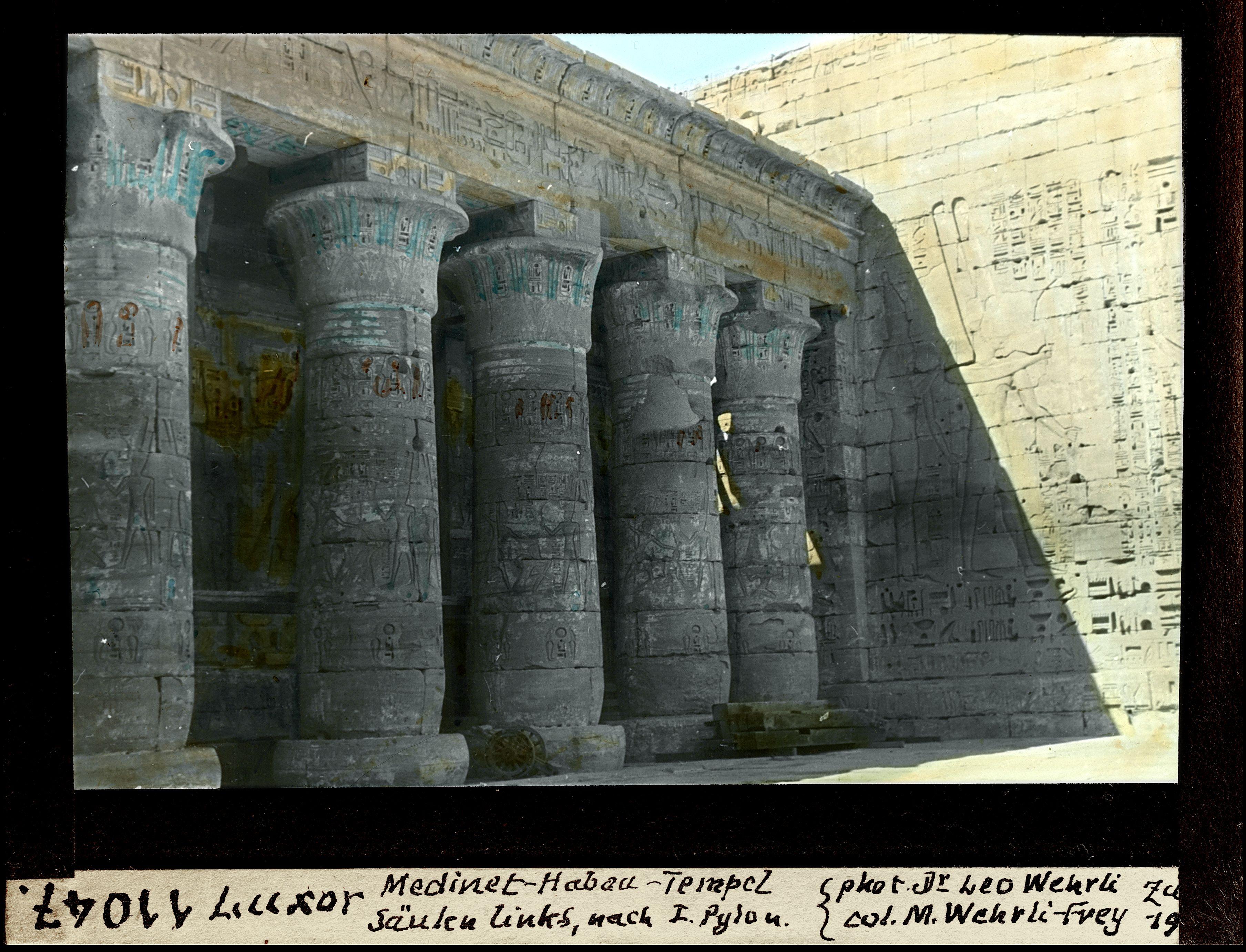 Мединет-Абу. Погребальный храм Рамсеса III. Первый двор