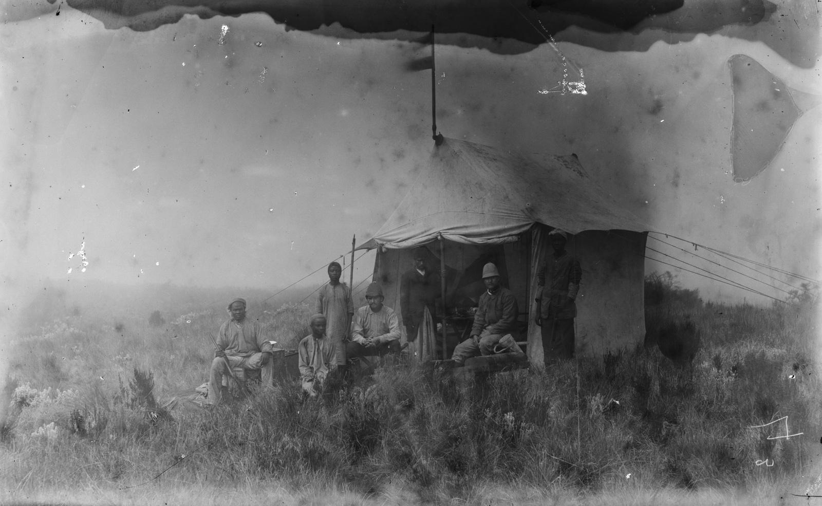 358. Групповой портрет исследователей и их спутников перед палаткой в горах Паре