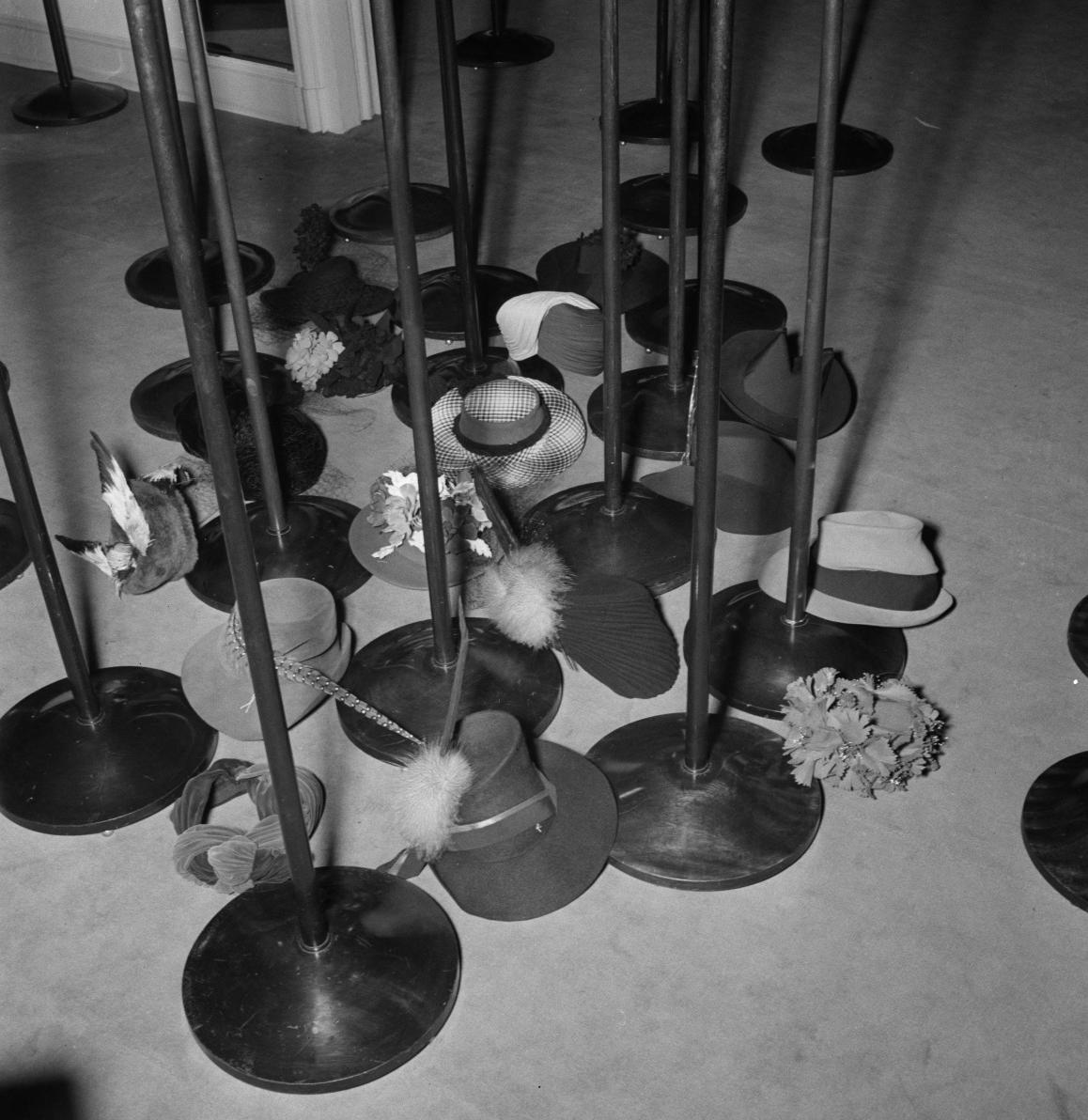 23. Мари Альфонсин. Елисейские поля, 68. Различные шляпы