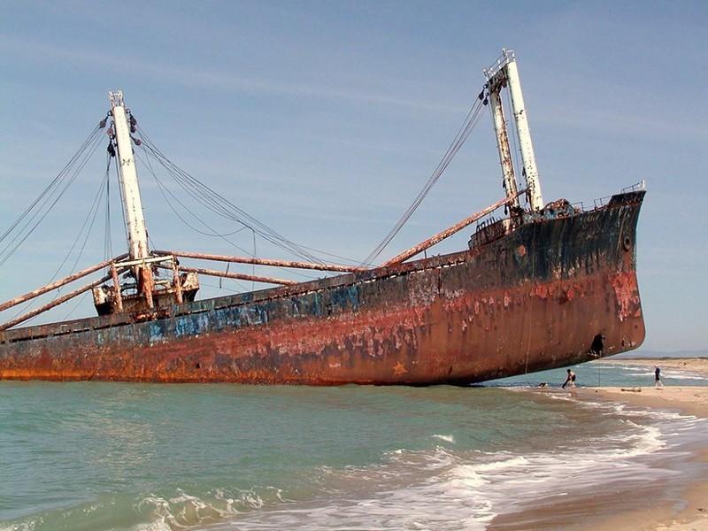 0 182c04 66d8a653 orig - На мели: фото брошенных кораблей