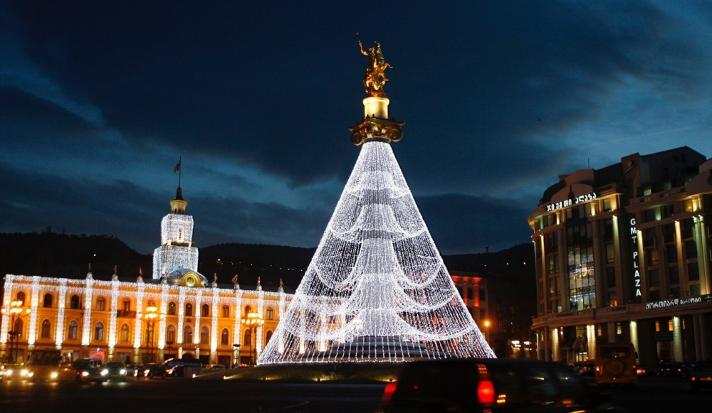 © info  Новогодняя елка наплощади Свободы вТбилиси представляет собой конструкцию изосвещен