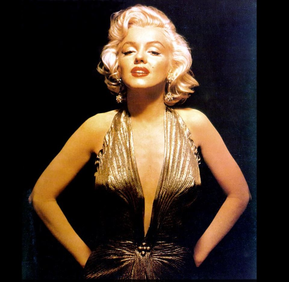 Здесь актриса во всей своей красе: в лифчике с мраморными шариками, со светящейся кожей лица.
