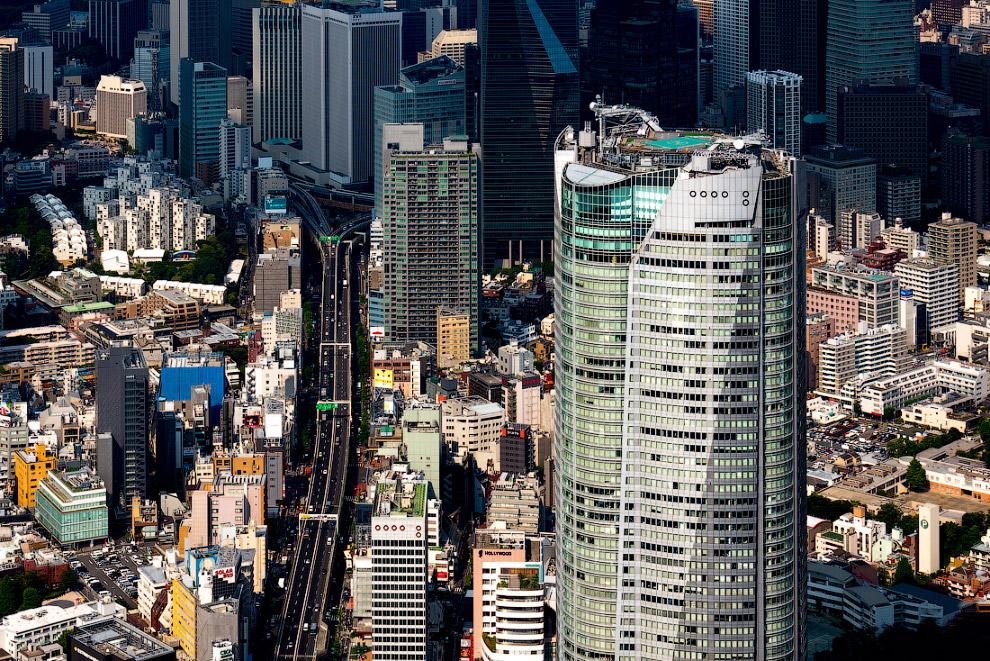 41.  Здание Roppongi Hills Mori Tower  получило известность из-за серии инцидентов. В