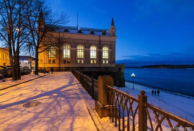 Здание Новой биржи вечером, Рыбинск
