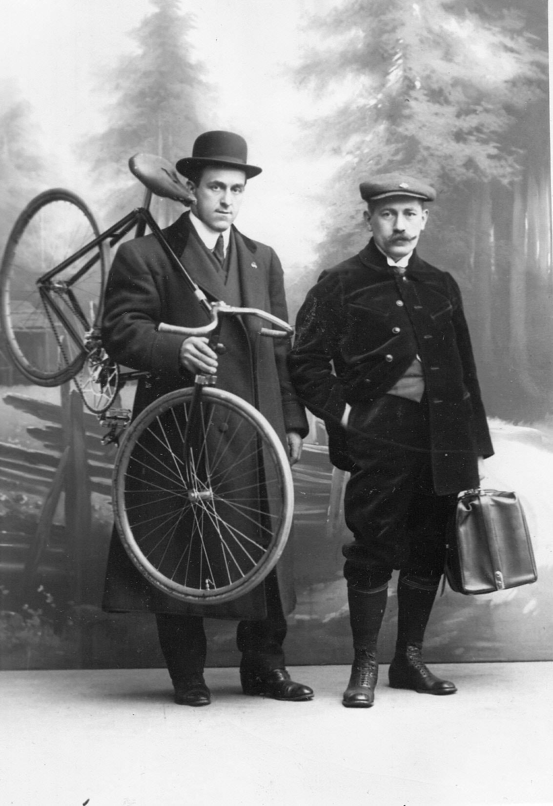 Участник велогонок гонщик Жан Жаклен, чемпион мира (слева)