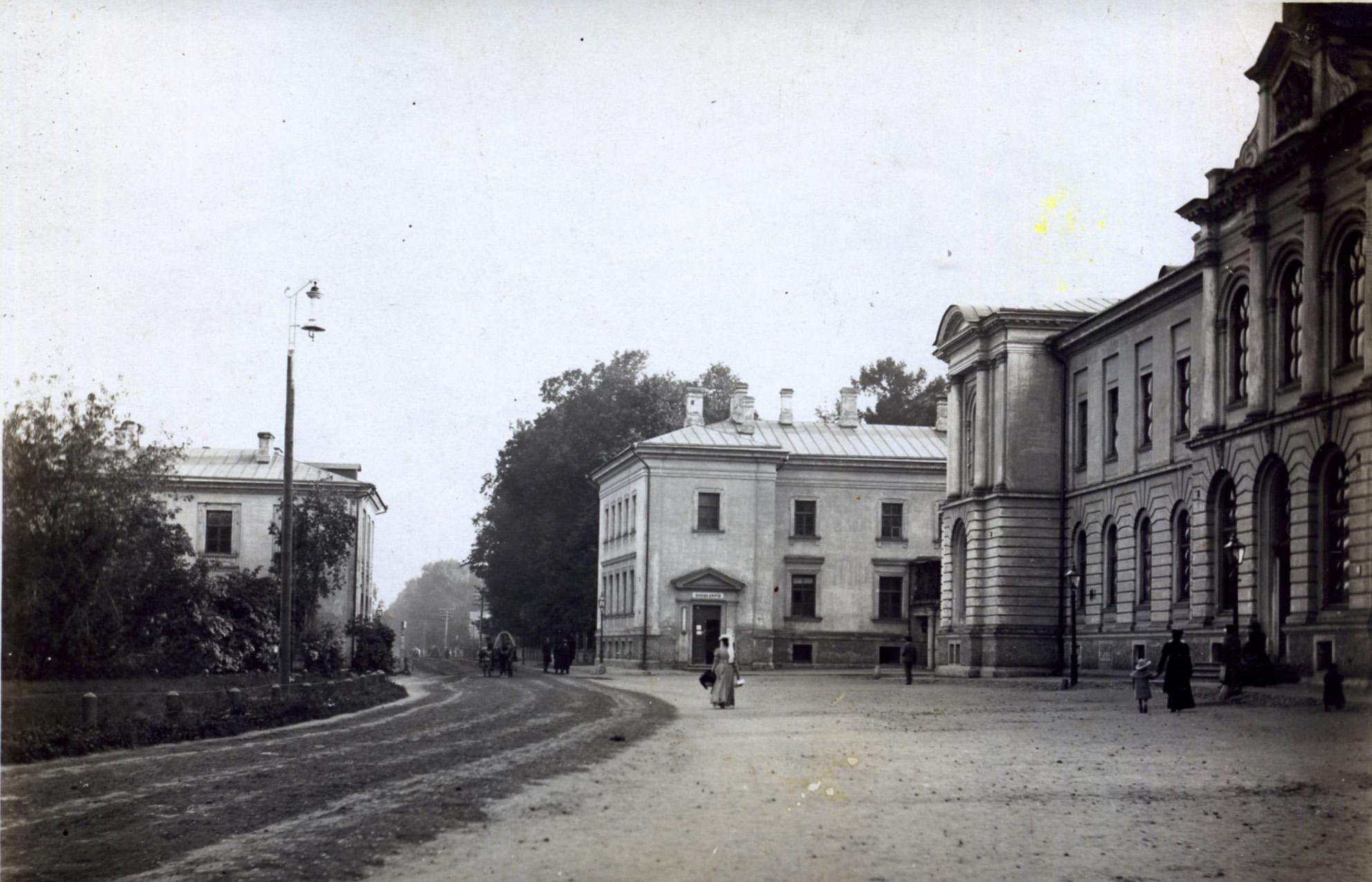Петровская площадь академии (вид от церкви)