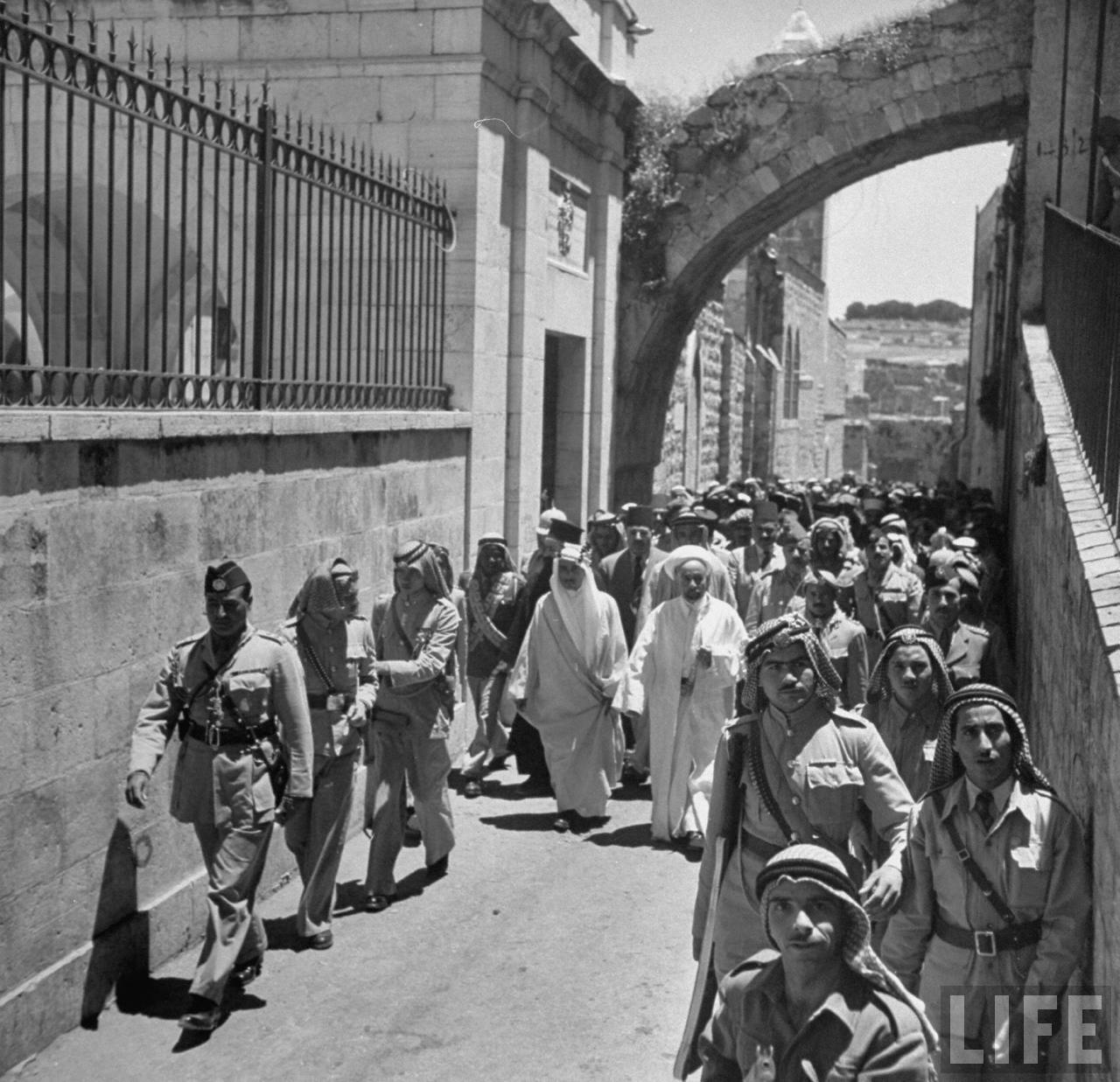 Король Иордании Абдалла  совершает поездку по Иерусалиму во время первого перемирия. 27 мая
