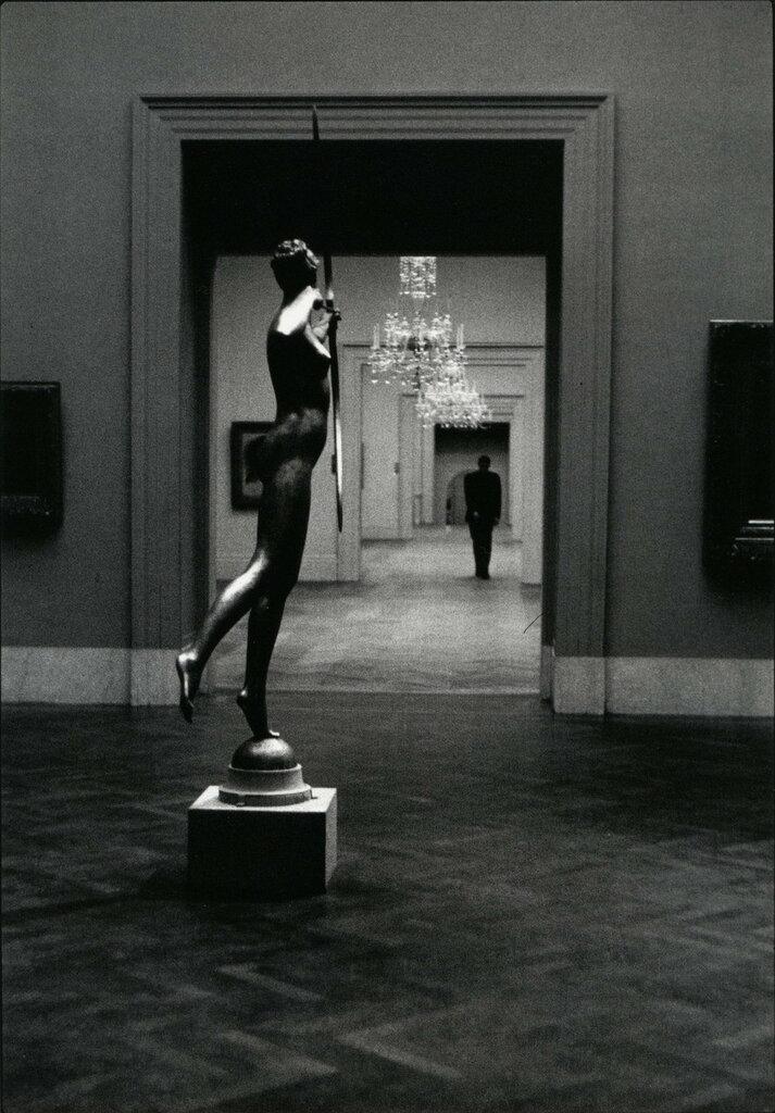 Elliott Erwitt, Metropolitan Museum, New York 1949.jpg