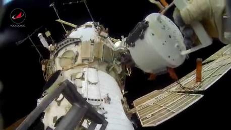 Русские космонавты сняли навидео свою космическую прогулку