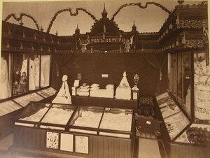 Витрина с изделиями белошвейных мастерских Генриха Перетц в фабричном отделе выставки.
