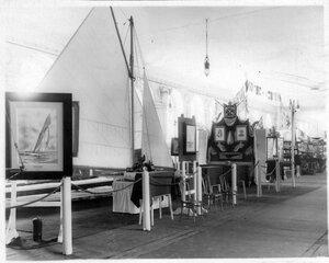 Модель яхты, призы и другие экспонаты императорского яхт-клуба.