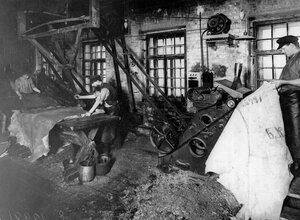 Раскрой кожи на кожевенном заводе А.А.Парамонова.