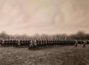Третий батальон полка проходит церемониальным маршем во время парада.