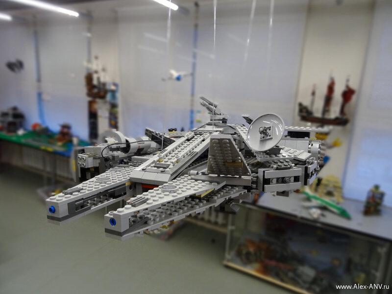 Кораблики из Звёздных Войн висят прямо посреди игрового зала.