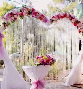 Арка из цветов в форме сердца на свадьбу