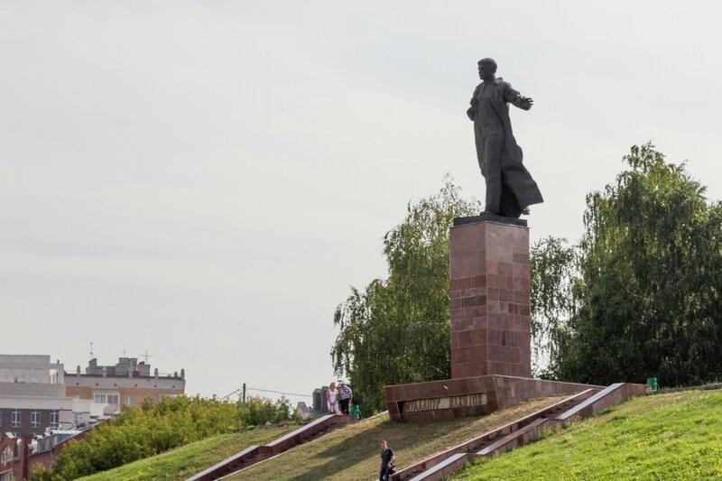 Памятник Муллануру Вахитову на площади Тукая, Казань