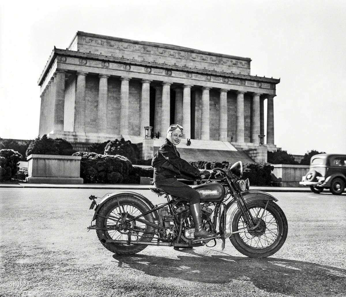 Салли Холтермен - первой женщина, которая получила права на вождение мотоцикла в округе Колумбия (1937 год)