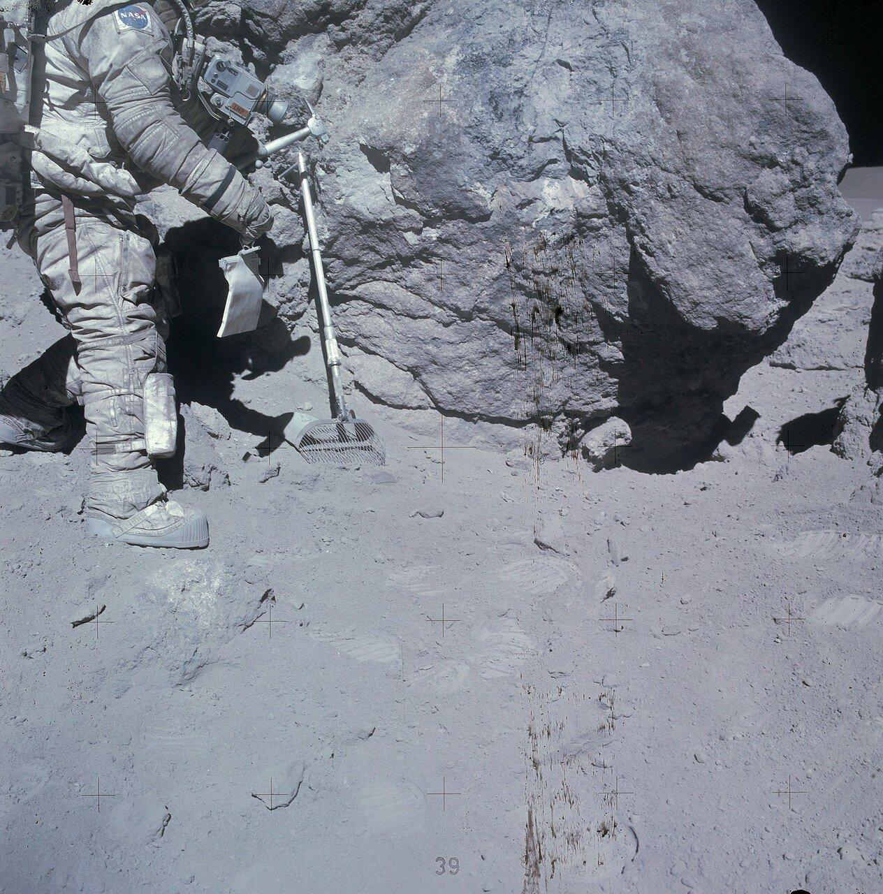 Рядом с ней находился осколок поменьше, за которым позже закрепилось название англ. Outhouse Rock. Их разделяла узкая расщелина. На снимке: Дьюк с молотком у скалы Outhouse Rock