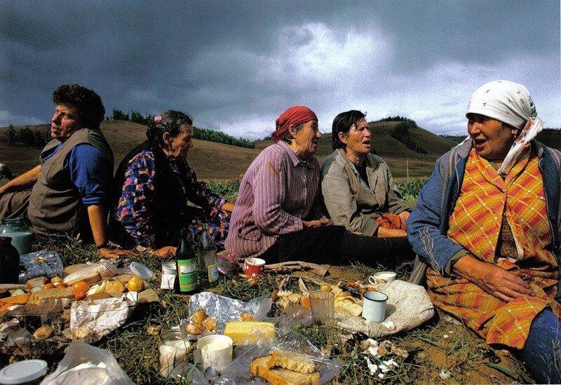 Женщины - все они ветераны войны, имеют награды - из села Байкальское поют родные украинские песни на импровизированном пикнике