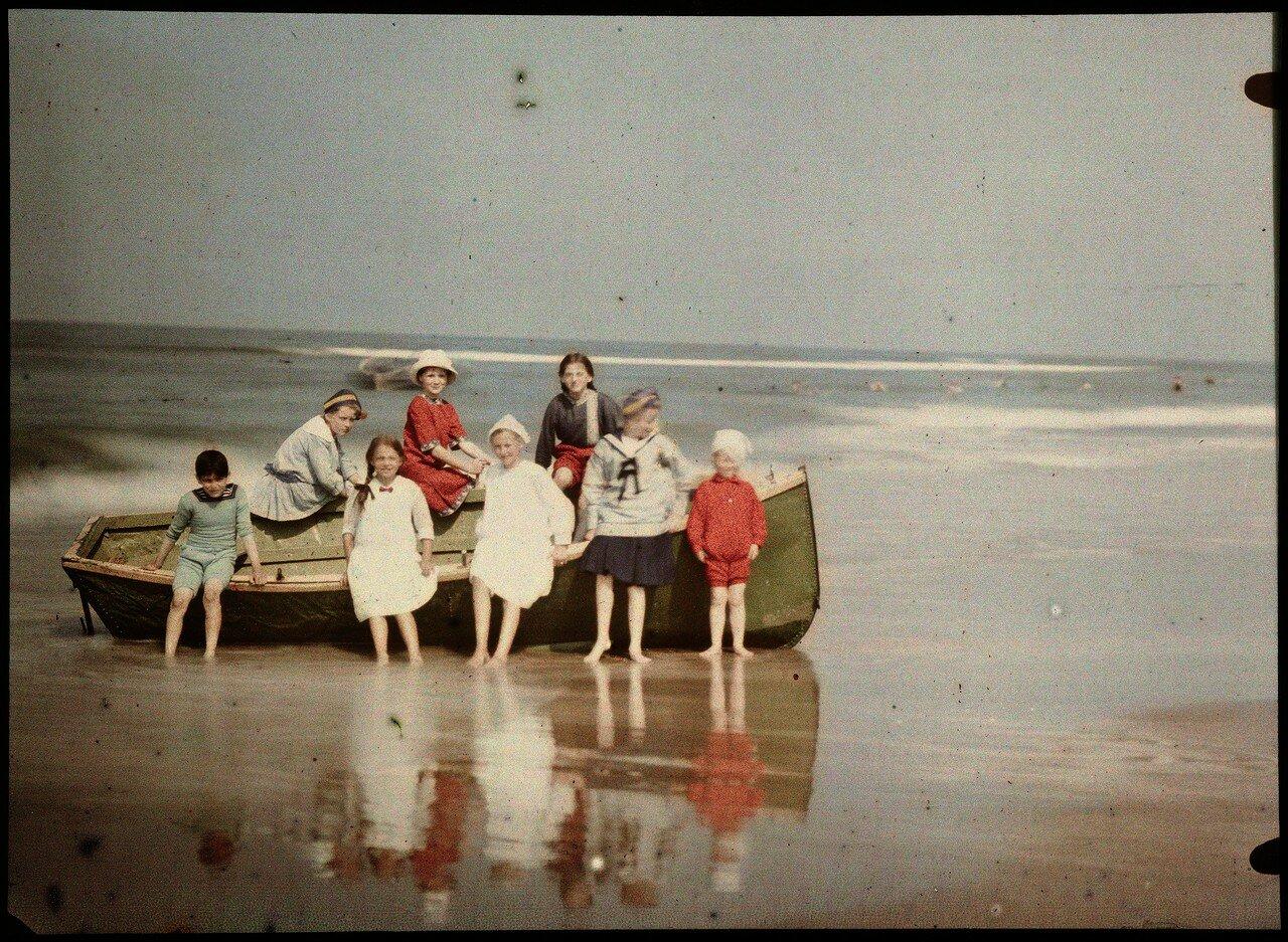 1922. Восемь детей в лодке на пляже