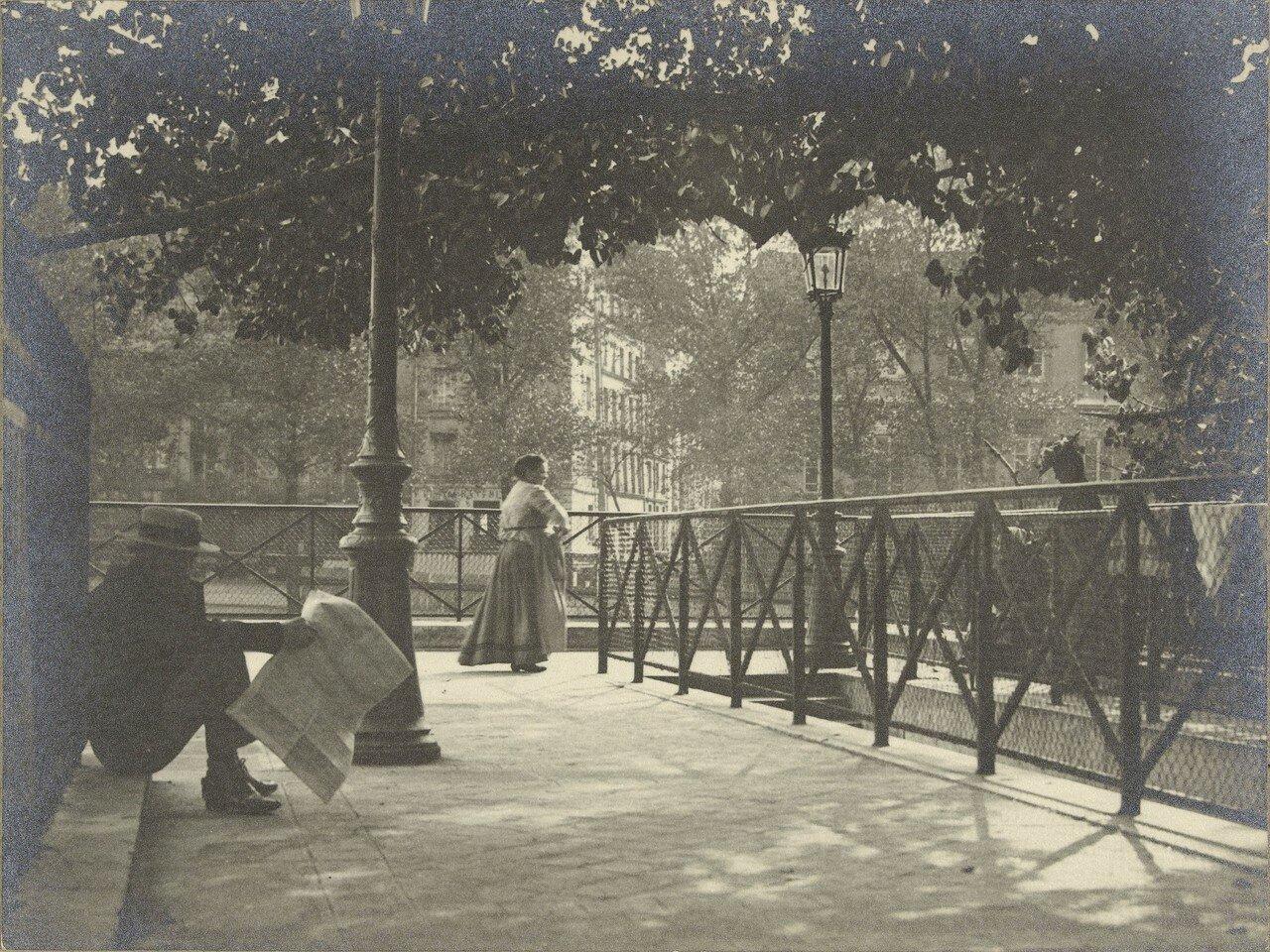 1905. Пешеходный мост через реку Сену