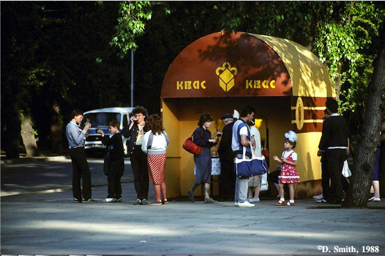 Торговля квасом на площади возле памятника «Первопроходцам Сибири»