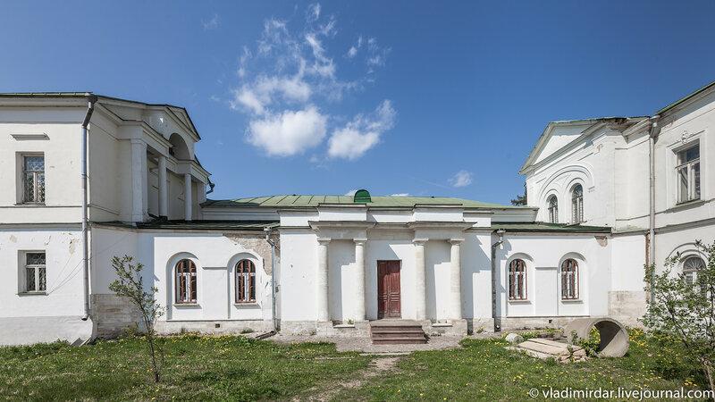 Галерея-переход, соединяющая главный дом усадьбы Ивановское с Западным флигелем