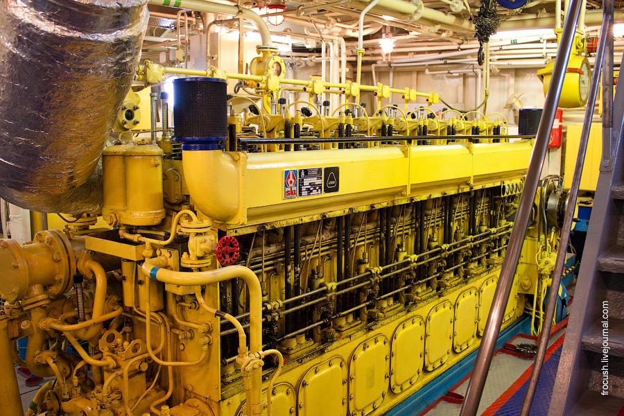 Машинное отделение. Правый главный двигатель теплохода «М.В.Ломоносов»