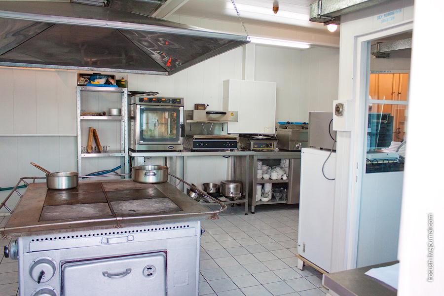 Камбуз теплохода «М.В.Ломоносов». Здесь готовят еду