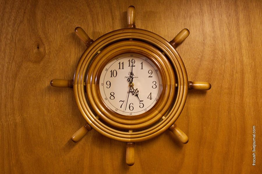 Настенные часы в двухместной каюте первого класса на главной палубе №208 теплохода «М.В.Ломоносов»