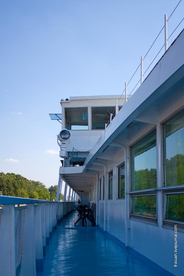 Вид на ходовую рубку с правого борта шлюпочной палубы теплохода «Александр Суворов»