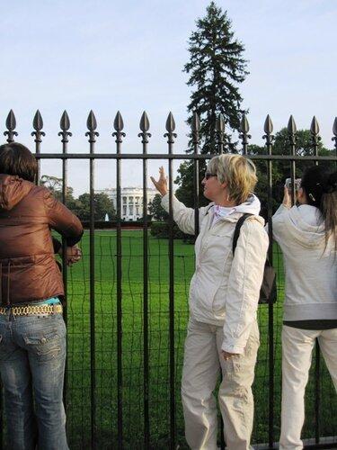 на лужайке у Белого Дома в Вашингтоне