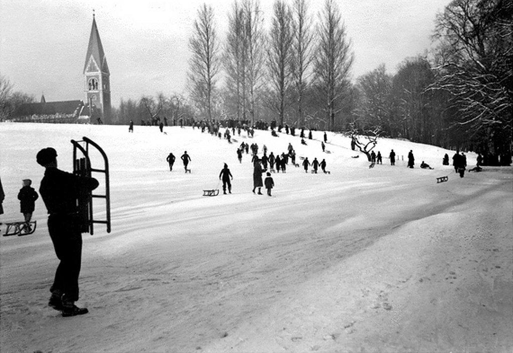 Rodeln in Luisenwahl (Winteraufnahme)1935 - 1942.jpg