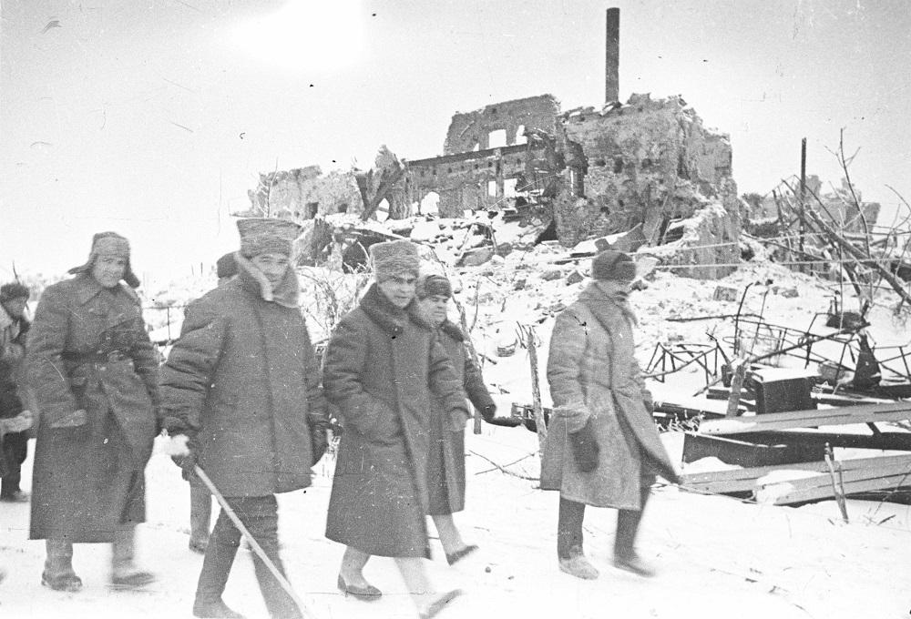 Генерал-лейтенант В.И. Чуйков и генерал-лейтенант К.А. Гуров в районе Сталинграда.jpg