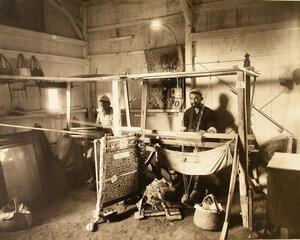 Местные жители за работой на шелко-ткацком станке в павильоне шелководства.